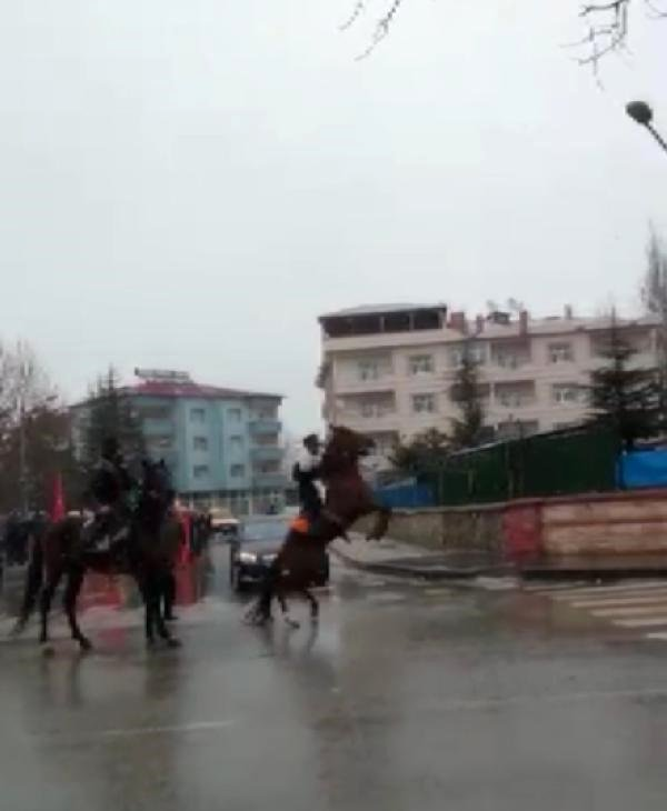 Huysuzlanan At, Binicisini Sırtından Attı