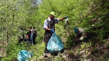 Ormanlık alandan 28 ton çöp çıktı