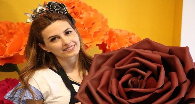Kahramanmaraş'ta girişimci bir kadını, kurduğu atölyede dekoratif dev çiçekler yapıyor