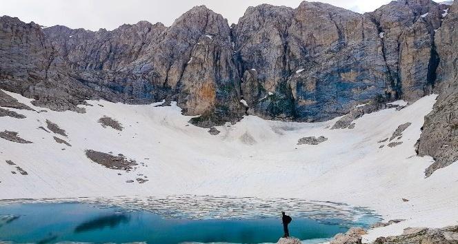 """Nurhak ilçesindeki """"Ali Gölü"""" hem yazları hem de kışları fotoğrafçıların ve dağ sporcularının uğrak yeri haline geldi"""