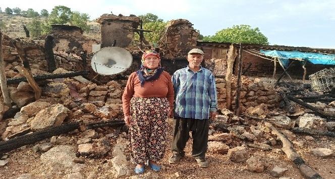 Evi yanan yaşlı çift yardım bekliyor