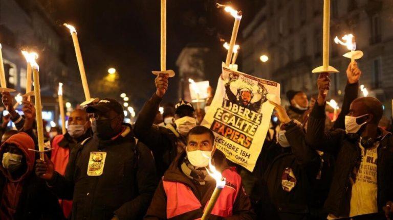 Fransa'da kağıtsızların eylemleri sürüyor