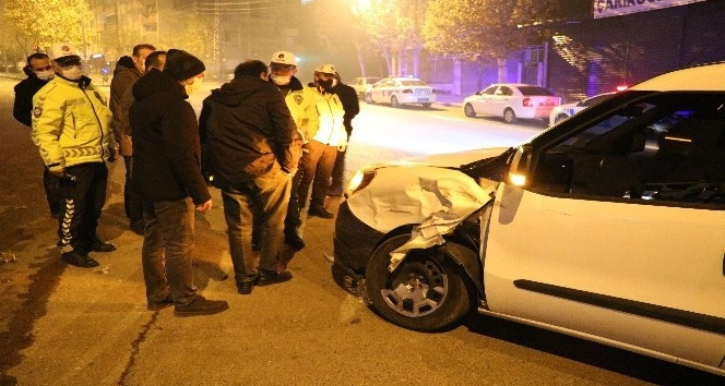 Polis aracına çarpan şahısların 'şoför benim' tartışması
