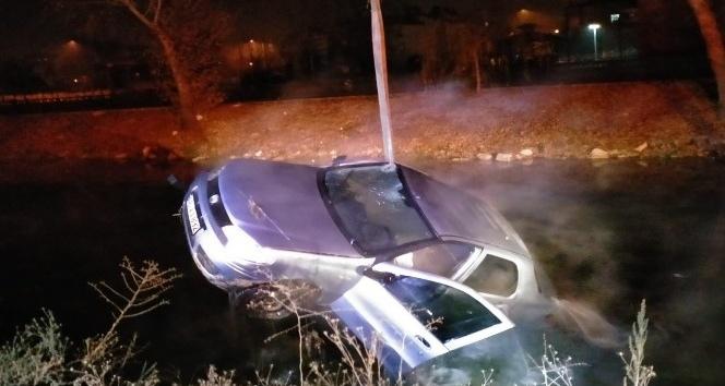 Nehre düşen otomobilden son anda kurtarıldı