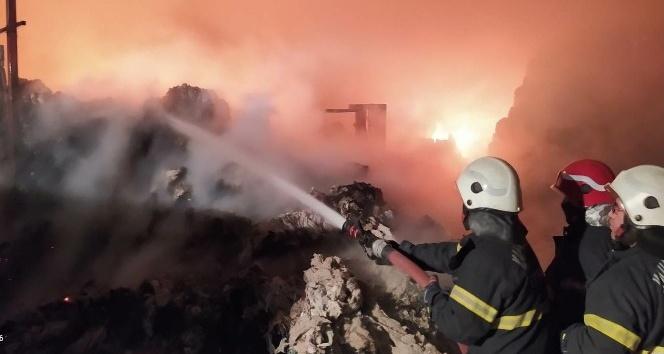 Türkoğlu 'nda depodaki 5 kamyon pamuk yandı