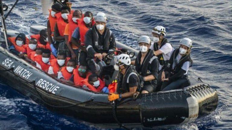 Akdeniz'i botlarla geçmeye çalışan 147 göçmen, kurtarıldı