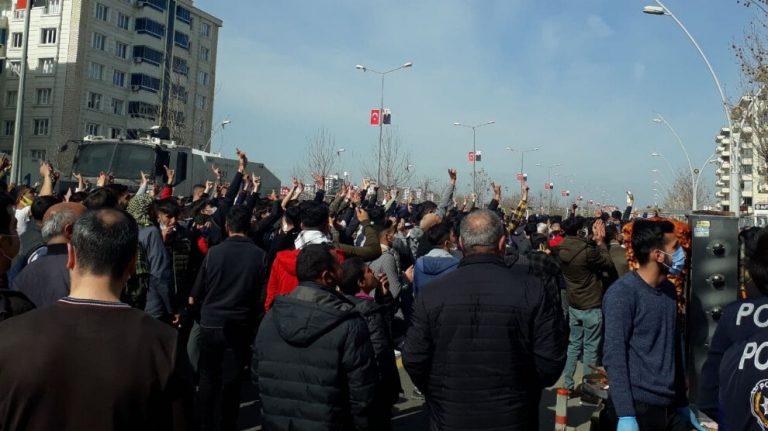 Amed'liler sloganlarla Newroz'a gidiyor