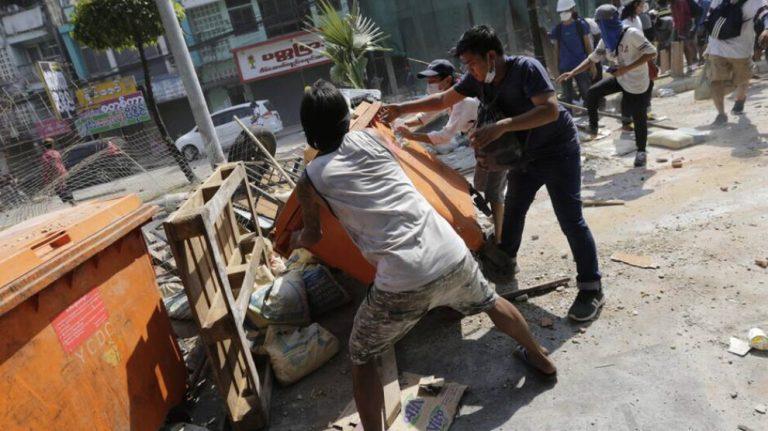 Myanmar'da darbe karşıtları yeniden sokaklarda: 6 ölü